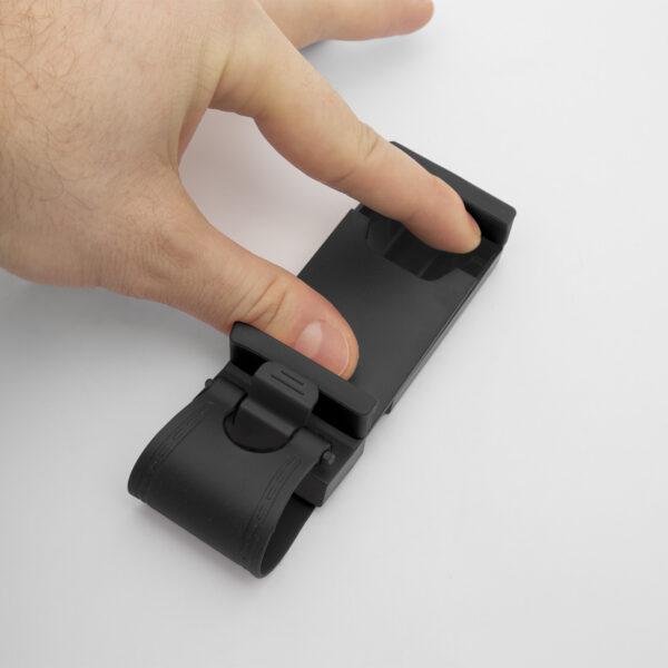 A tartópántok állíthatóak: Maximális szélessége 80 mm. Kiváló 12 cm-es telefonokhoz. Rugalmas rögzítés: Könnyedén rögzítheti, vagy leválaszthatja eszközét a rugalmas gumipántnak köszönhetően bármely kormánytípus esetében. Könnyed felszerelhetőség: Nincs szükség egyéb eszközre ahhoz, hogy a tartót felszerelje. Csak csiptesse fel a kormányre és már indulhat is. Kiváló védelem: A tartó puha, szilikonrétege maximális védelmet biztosít a telefonjának bármilyen karcolás ellen.